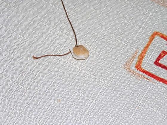 4. každou kuličku přisuneme na konec bavlnky zavážeme jí kolem kuličky na uzlík